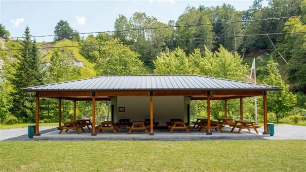 les visiteurs des sept chutes pourront b n ficier d une terrasse couverte r nov e. Black Bedroom Furniture Sets. Home Design Ideas