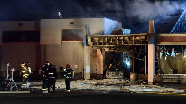 Un homme percute un Burger King et cause un incendie