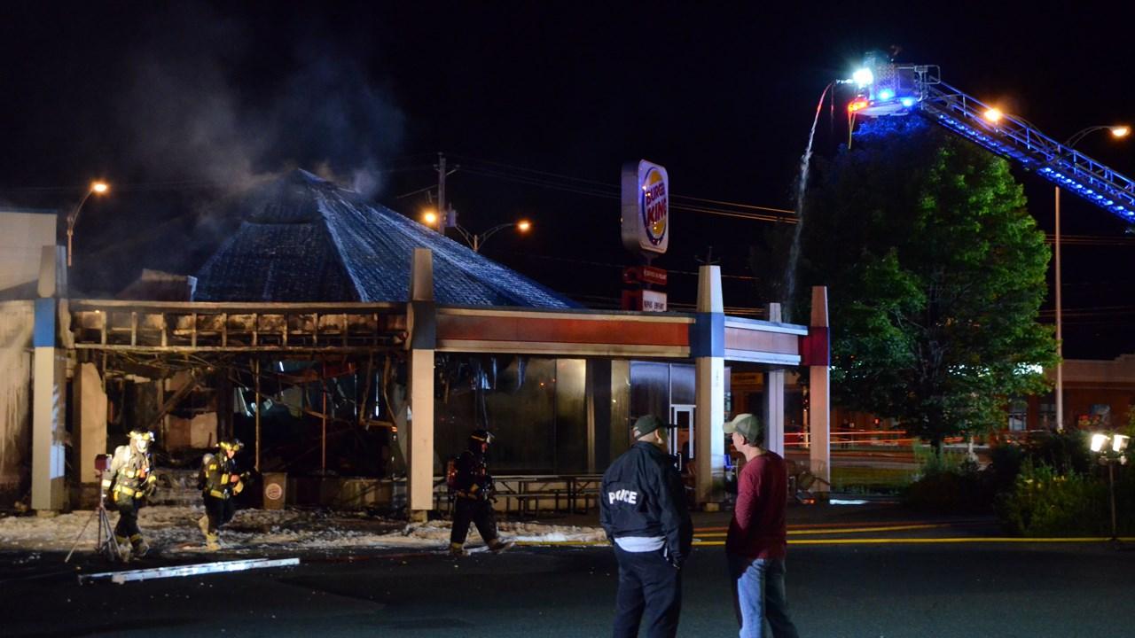 un incendie caus par un v hicule ravage le burger king de. Black Bedroom Furniture Sets. Home Design Ideas