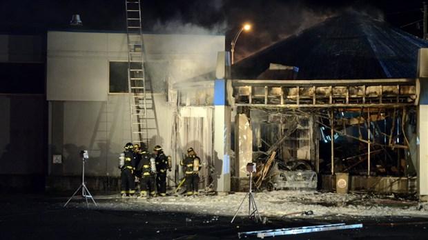 Une voiture s'encastre dans un Burger King et cause un incendie majeur
