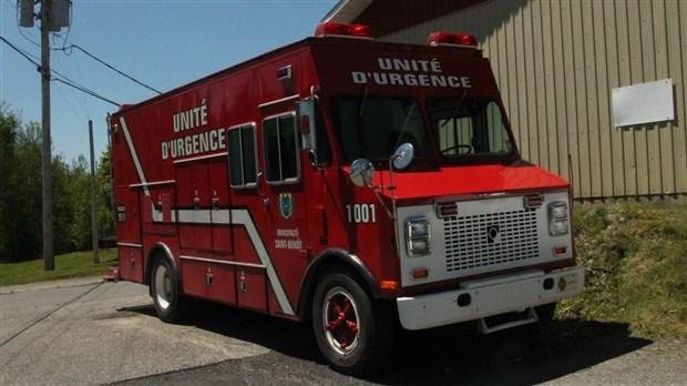 les pompiers de saint benoit pr sentent leur nouveau camion. Black Bedroom Furniture Sets. Home Design Ideas